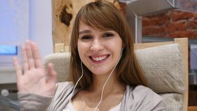 Video pratstund med kunder av den unga kvinnan Royaltyfri Bild