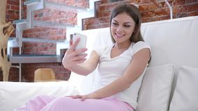 Video pratstund med kunder av den unga kvinnan på Smartphone Royaltyfria Foton