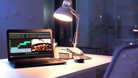 Video programma editor sul computer portatile all'ufficio di notte stock footage