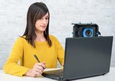 Video redattore della giovane donna che lavora nello studio fotografia stock libera da diritti