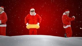 Video sammansättning med fallande snö över gruppen santas mot rött lager videofilmer