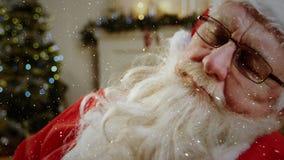 Video sammansättning med fallande snö över santa sovande i rum stock video