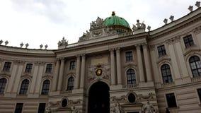 video sikt för rätsida 4k av den norr fasaden med Michaelertrakt Green Dome av den Alte Hofburg slotten, Wien, Österrike arkivfilmer