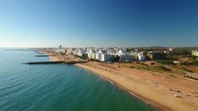 _ Video skjuta Quarteira strandstad, från himlen stock video