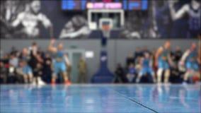 Video skytte för basketmatch under, spelare ut ur fokus arkivfilmer