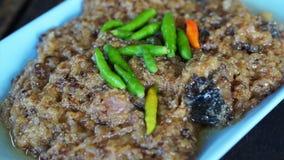 Video som fräser kryddigt finhackat griskött Asiatisk stil marinerad saltad grisköttmaträtt stock video