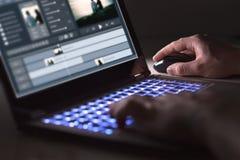 Video som redigerar med bärbara datorn Yrkesmässig redaktör fotografering för bildbyråer