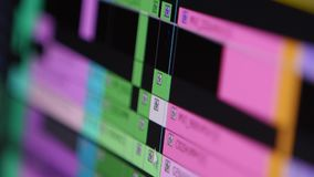 Video som redigerar programvara som går till och med Timelineramen förbi rampunkt av sikten arkivfilmer