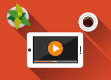 Video strömmande design för begreppsillustrationlägenhet med lång skugga Hållande ögonen på video på minnestavlan Lekknapp Royaltyfri Foto