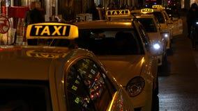 Video tenuto in mano di notte dei taxi e della gente in Rosenthaler Strasse, Berlino, Germania archivi video