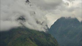 video Tid schackningsperiod Chu Va Peak, mest härliga berg för 4k i norden av Vietnam arkivfilmer