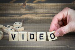 video Träbokstäver på den informativ och kommunikationsbakgrunden för kontorsskrivbord, arkivbild