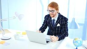 Video uomo di chiacchierata del webcam online che parla con il cliente, discussione, negoziato fotografie stock