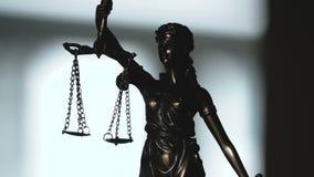 Video van Dame die Justice Statue wordt geschoten stock video