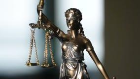 Video van Dame die Justice Statue wordt geschoten stock videobeelden