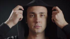 Video van de man die zwarte kap dragen stock video