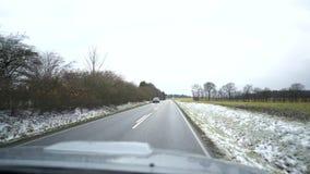 Video van de weg terwijl het drijven tegenligger de autobewegingen op een asfaltweg