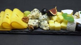 Video van diverse types van kaas - Brie, cheddar, dorblu, parmezaanse kaas stock footage