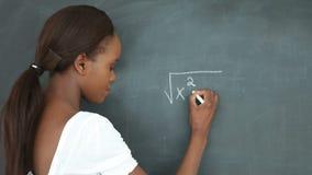 Video van een student die op een bord schrijven stock footage