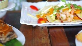 Video van lapje vlees en salade, schone verse gezonde kleurrijk met volledige voedingenvitamine en eiwitvoedsel stock footage