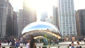 Video van toeristen die de boon in Chicago bezoeken stock video