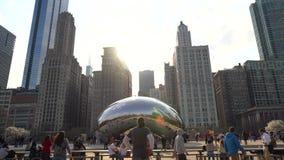 Video van toeristen die de boon in Chicago bezoeken stock videobeelden