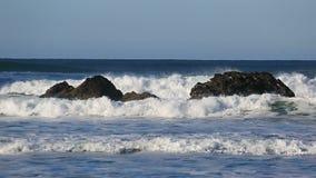 Video van verpletterende golven langs Vreedzame Oceaan in Kanonstrand Oregon 1920x1080 stock video