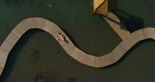 Video van vrouw in zwempak die op de pijler zonnebaden Het vrouwelijke ontspannen op vakanties stock videobeelden