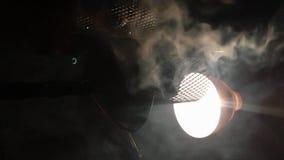 Video verticale Shisha o narghilé di fumo Ciotola con tabacco e fumo archivi video