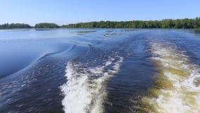 Video vom Heck des Schiffs Wellen und Spuren auf dem Wasser Fluss oder See an einem Sommertag Blauer Himmel stock video