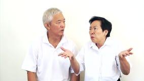 Video von asiatischen älteren Paaren mögen kein Abkommen Umkippen und stellt nicht zufrieden stock video footage