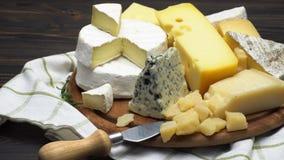 Video von verschiedenen Arten des Käses - Parmesankäse, Briekäse, Cheddarkäse und Roquefort stock video footage
