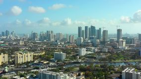 Videoannäherung des schönen Luftbrummens von im Stadtzentrum gelegenem Miami FL stock footage