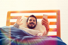 Videoanruf am Bett Stockbild