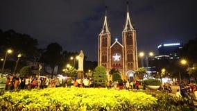 Videoansicht über Notre-Dame-Kathedrale (Nha Tho Duc Ba) in Ho Chi Minh City am Tag der frohen Weihnachten stock footage