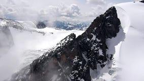 Videoaufnahmen auf Lager, die über Eis-mit einer Kappe bedeckte Berge fliegen stock video