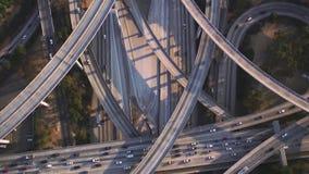 Videoaufnahmen des Kamerafliegens über der Landstraße und dem Verkehr stock video footage