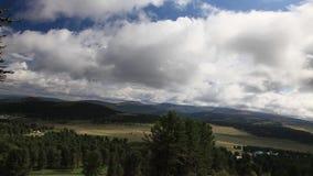 Videoaufnahmen-Gebirgshügel Rapid-Himmel auf Lager stock video