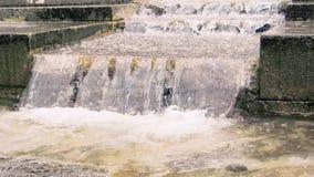 Videoaufnahmen 4k UHD des Wassers, das entlang das Treppenhaus fällt stock video footage