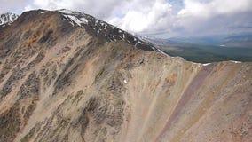 Videoaufnahmen-Vogelperspektive auf Lager alpines fliegendes Ridge ziemlich nahe stock footage