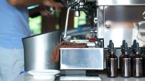 Videobarista die koffie op achtergrond van machine maken stock footage