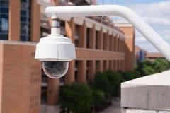 Videoüberwachungskamera-Wohnung hoch angebracht am College-Campus Stockbilder