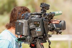 Videobetreiber, der mit alter Kamera arbeitet stockbilder