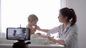 Videoblog, blogger kobiety studenta medycynego nagrania żywy tutorial wideo na telefonie komórkowym podczas badania medycznego dz zbiory