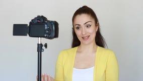 Videoblog, vlog, vloger, blog, blogging, wideo, środki masowego przekazu i wywiad, Uśmiechnięta młoda kobieta lub bloger gestykul zdjęcie wideo