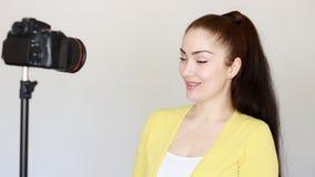 Videoblog, vlog, vlogger, blog, blogging, wideo, środki masowego przekazu i wywiad, Uśmiechnięta młoda kobieta lub bloger gestyku zbiory wideo
