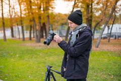 The videoblogger adjusts look his camera Royalty Free Stock Photos