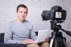 Videoblogger die nieuwe video thuis registreren Royalty-vrije Stock Afbeeldingen