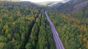 Videobrummenvogelperspektive über der Straße im Wald auf dem Weg zum Baikalsee stock video footage