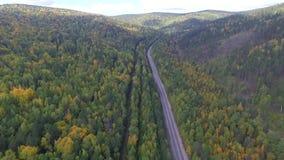 Videobrummenvogelperspektive über der Straße im Wald auf dem Weg zum Baikalsee stock video